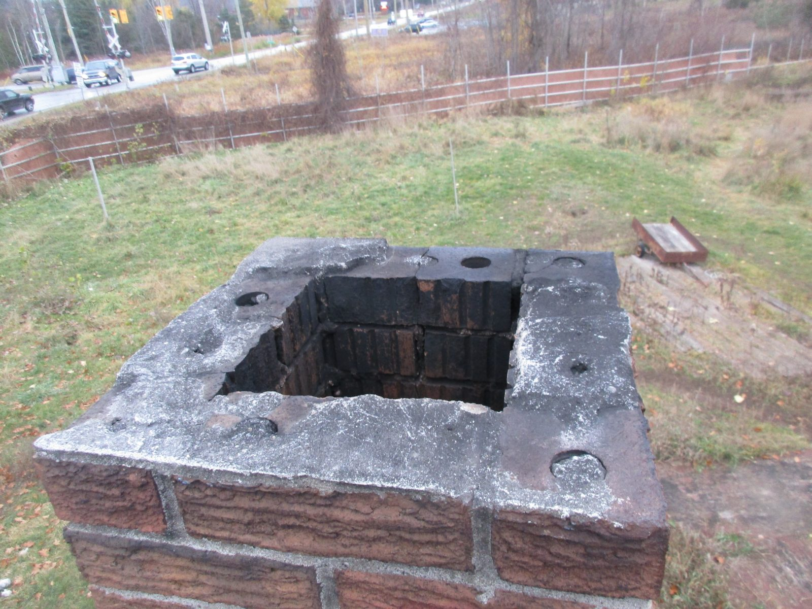 Chimney has no liner and is not useable.